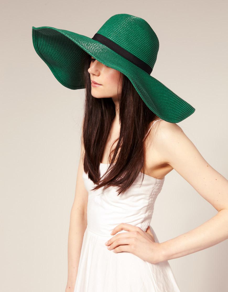 шляпа широкими полями своими руками