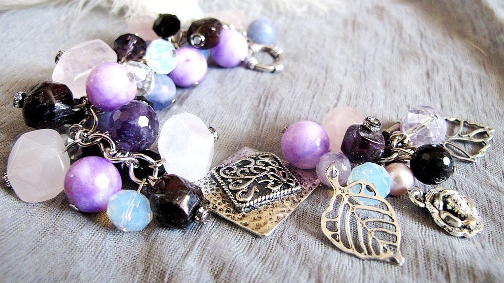 Красивые браслеты своими руками из бусин и подвесок